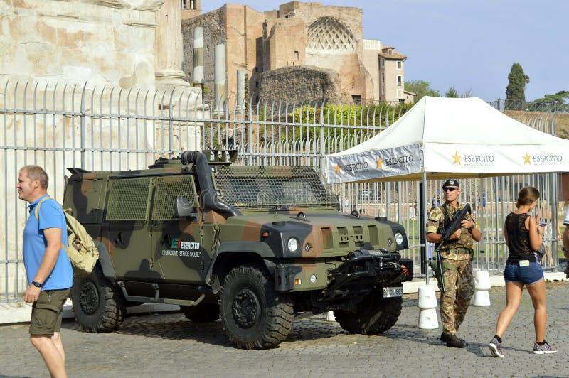 Terroristenbekämpfungssoldaten auf Patrouille in Rom-Touristenorten stockbild