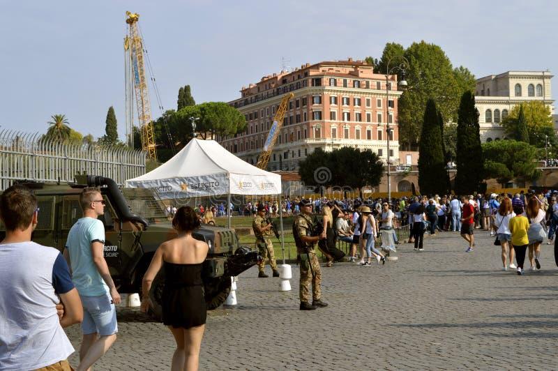 Terroristenbekämpfungssoldaten auf Patrouille in Rom-Touristenorten lizenzfreie stockfotografie