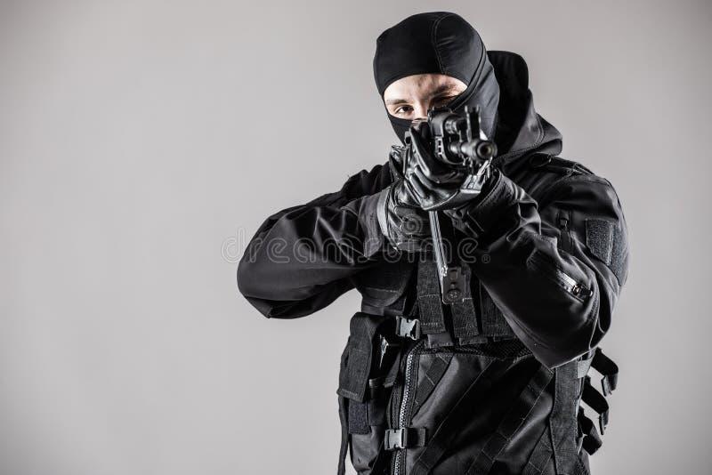 Terroristziel mit Gewehr auf grauem Hintergrund stockfotos