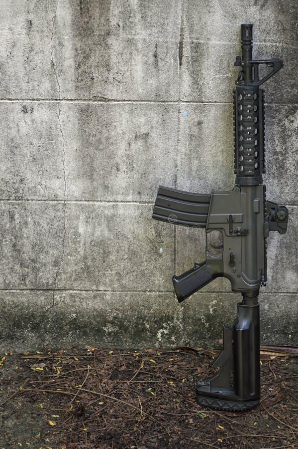 Terrorystyczny zakładnik zagrażać kobiety z pistoletami zdjęcie royalty free