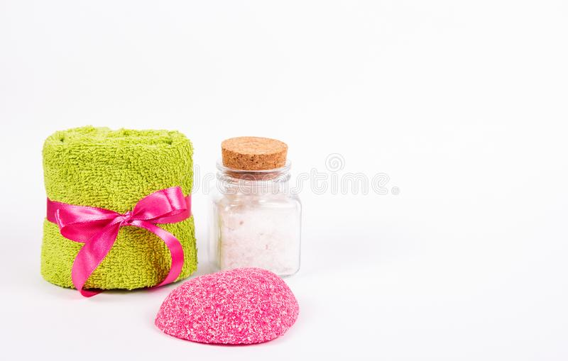 Terry handdoek, roze zeep en overzees zout op witte achtergrond Zeep, handdoek en bloemensneeuwklokjes Romantisch concept royalty-vrije stock foto's