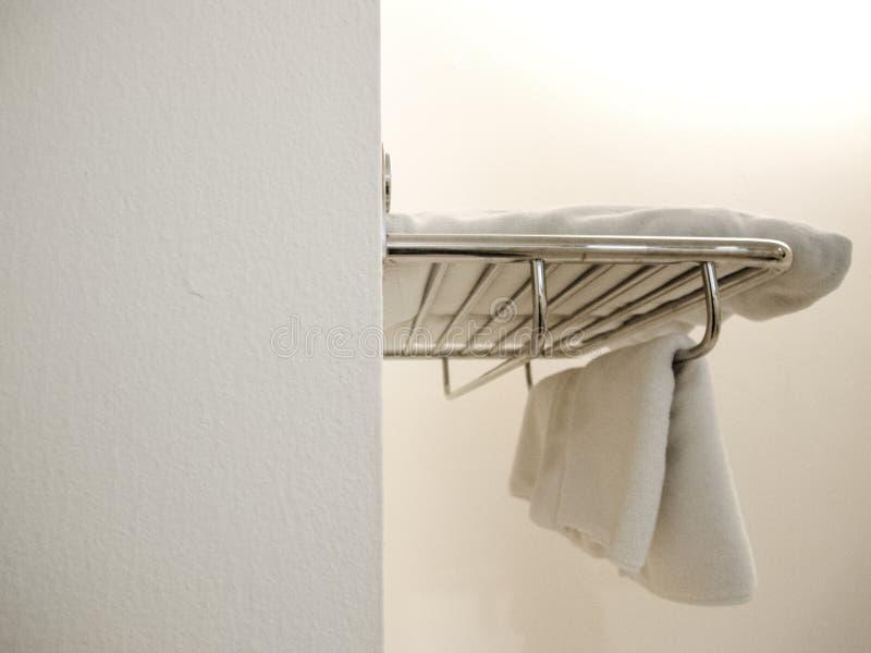 Terry Towels Hanging branco na parede no banheiro imagem de stock royalty free