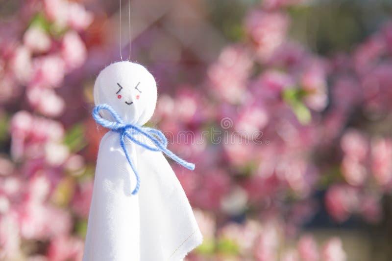 Teru teru bozu是一个小传统手工制造玩偶由白皮书或布料制成 这护符应该有魔力 免版税库存图片
