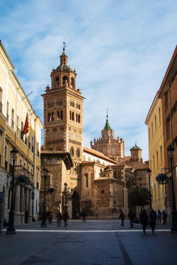 TERUEL, ESPAGNE - 1ER FÉVRIER 2016 : Cathédrale de Teruel, une église de Roman Catholic et une rue tôt le matin photos libres de droits