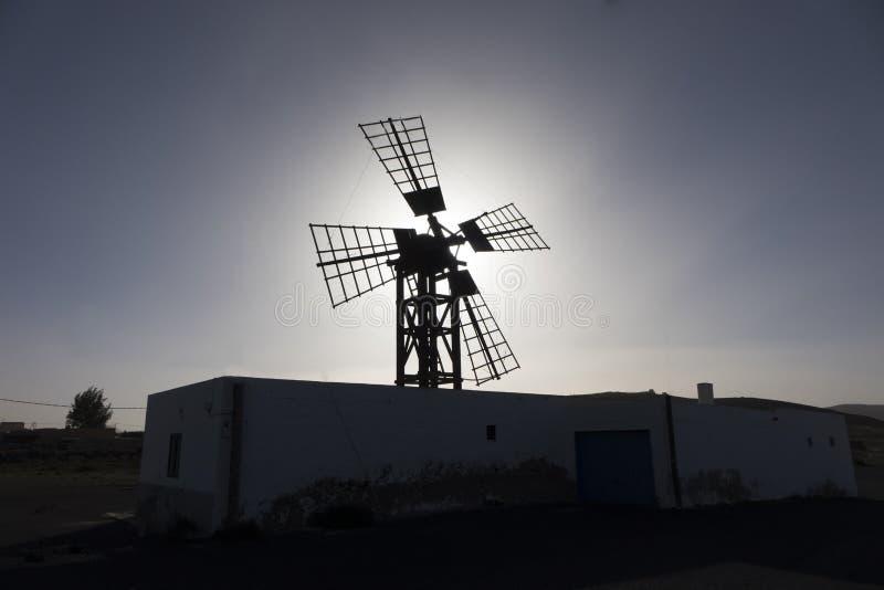 Terug aangestoken silhouet van windmolen in de Palm van Lajares Fuerteventura Las royalty-vrije stock afbeeldingen