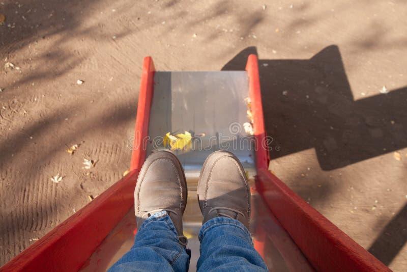 Terug naar de kinderjaren, geheugen, voeten vrouwen op de speelplaats stock afbeelding