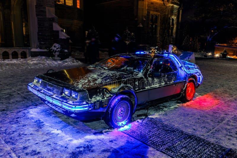 Terug naar de toekomstige auto modeldiemening in nacht het uitnodigen tijd, door diverse lichtenachtergrond wordt aangestoken stock fotografie
