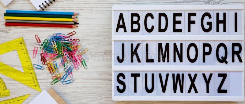 Terug naar het Concept van de School Brieven van A aan Z Engels alfabet op moderne raad en toebehoren voor studie over witte hout royalty-vrije stock foto