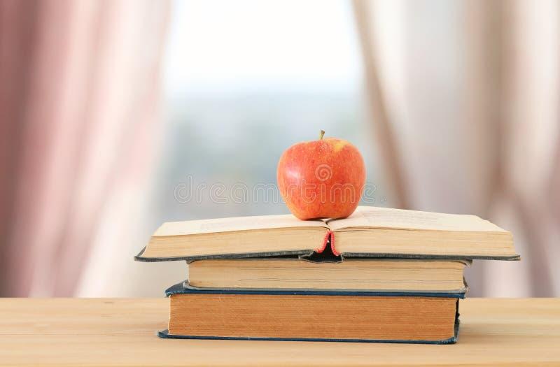 Terug naar het Concept van de School stapel boeken over houten bureau voor dag licht venster royalty-vrije stock foto's