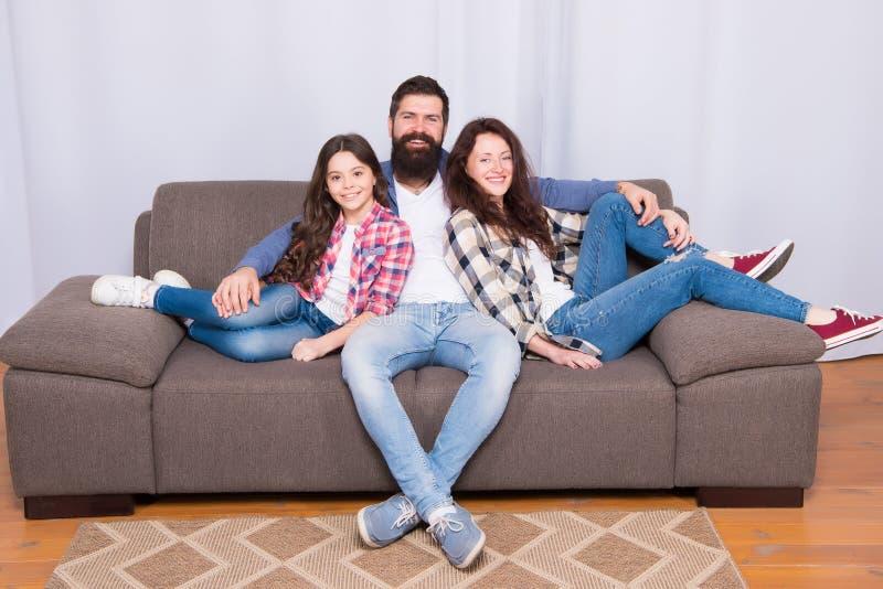 Terug naar onze wortels De Dag van kinderen Meisjeliefde haar ouders thuis Gelukkige Familie Vader, moeder en meisje royalty-vrije stock foto