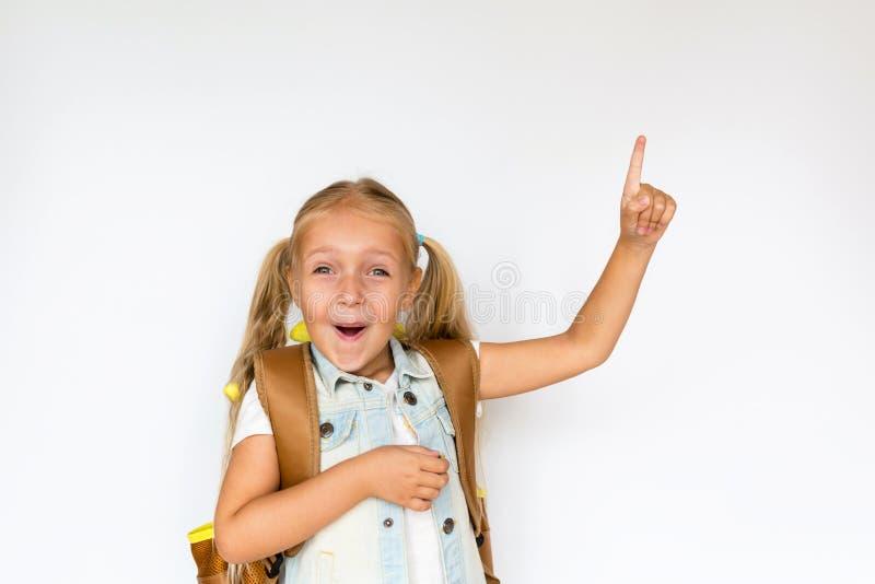 Terug naar school en gelukkige tijd Leuk kind met blondehaar op witte achtergrond Jong geitje met Rugzak Meisje klaar te bestuder royalty-vrije stock afbeeldingen