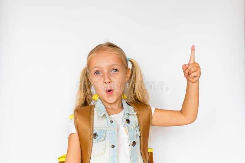 Terug naar school en gelukkige tijd Leuk kind met blondehaar op witte achtergrond Jong geitje met Rugzak Meisje klaar te bestuder stock foto
