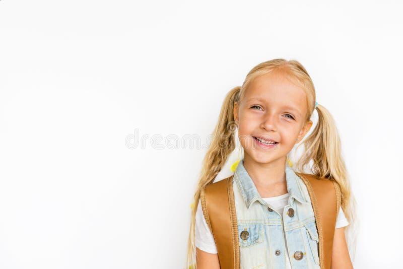 Terug naar school en gelukkige tijd Leuk kind met blondehaar op witte achtergrond Jong geitje met Rugzak Meisje klaar te bestuder stock afbeeldingen