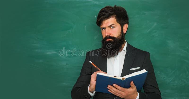 Terug naar school en gelukkige tijd Professor in klasse op bordachtergrond Lerarendag stock fotografie