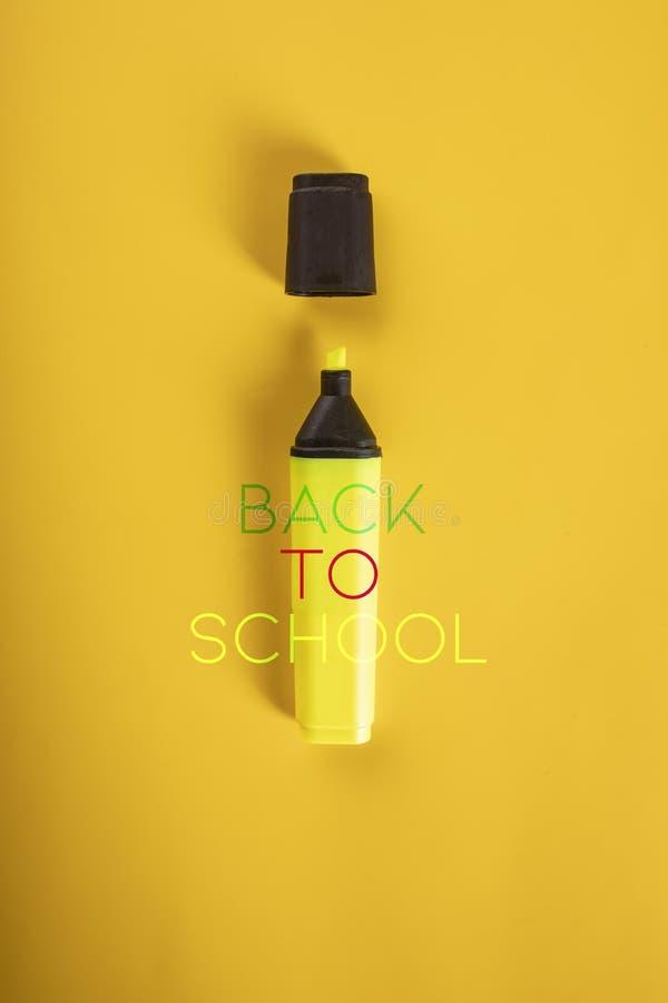 Terug naar School Gele viltpen op een gele achtergrond stock afbeeldingen