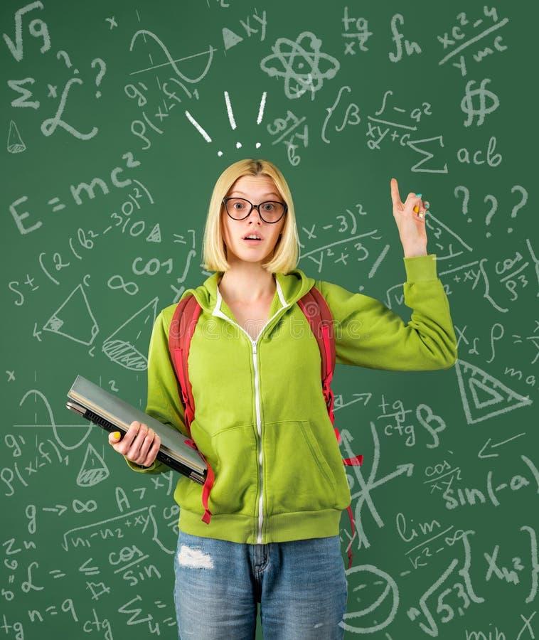 Terug naar School Grappige vrouwelijke jonge leraar in het klaslokaal Teken voor examen royalty-vrije stock fotografie