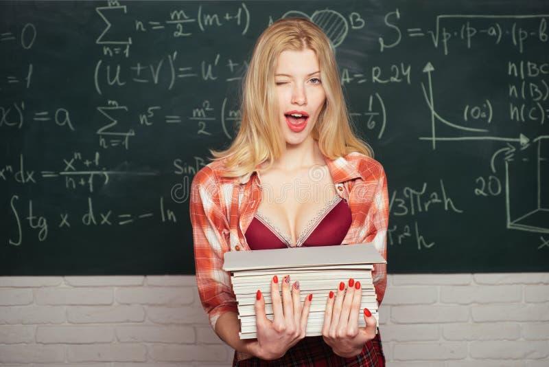 Terug naar, school Jonge sensuele student dichtbij bord in schoolklaslokaal priv?-leraar Eerste schooldag Eerste schooldag stock foto's