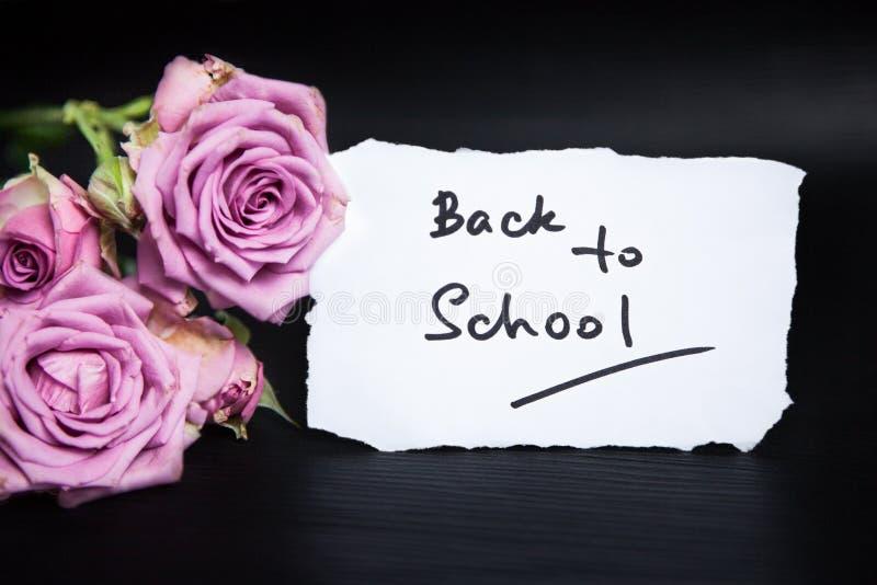 Terug naar school met roze rozenbloemen stock afbeelding