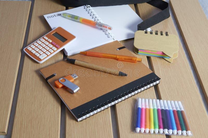 Terug naar school, notitieboekjes, pennen en tellers stock afbeeldingen