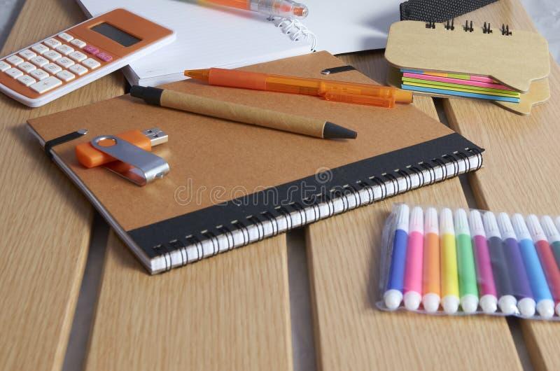 Terug naar school, notitieboekjes, pennen en tellers stock afbeelding