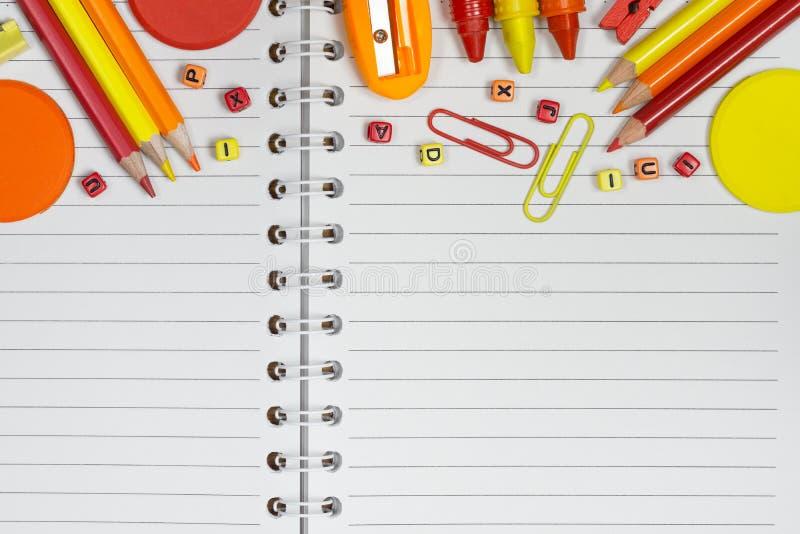 Terug naar school, onderwijs en van het achtergrond bureauwerk concept S royalty-vrije stock afbeelding