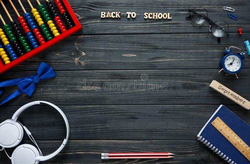 Terug naar school, onderwijsconcept Reeks van kantoorbehoeften op de grijze houten achtergrond scores, ronde glazen, potloden royalty-vrije stock afbeelding
