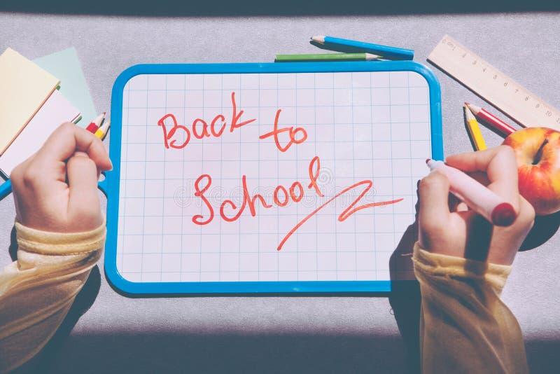 Terug naar school, tekst op bord als onderwijsconcept stock foto's