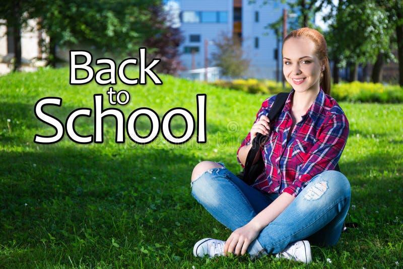 Terug naar school - tienerstudentenmeisje met rugzakzitting in p royalty-vrije stock afbeeldingen