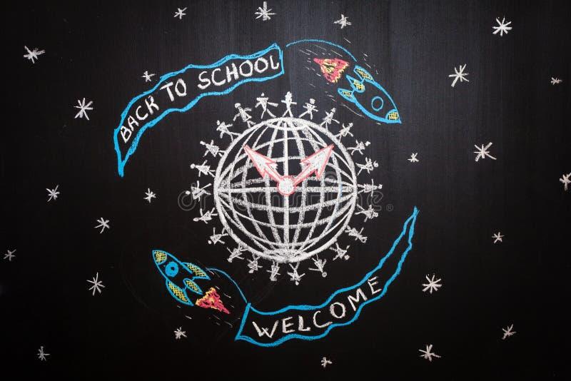 Terug naar school vliegt de achtergrond met spaceships met vlaggen met titels ` terug naar school ` en ` welkome ` rond Aarde stock foto