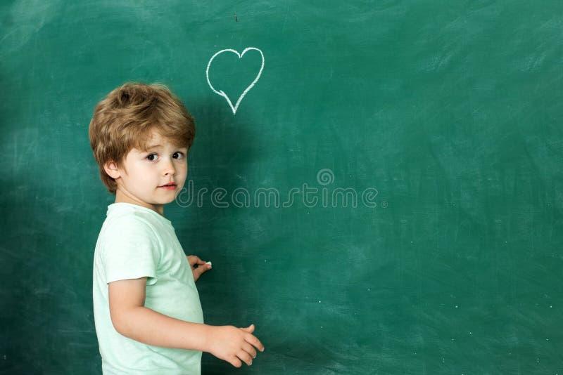 Terug naar School Vriendschappelijk kind in klaslokaal dichtbij bordbureau Dank u leraar Concept onderwijs onderwijs royalty-vrije stock fotografie