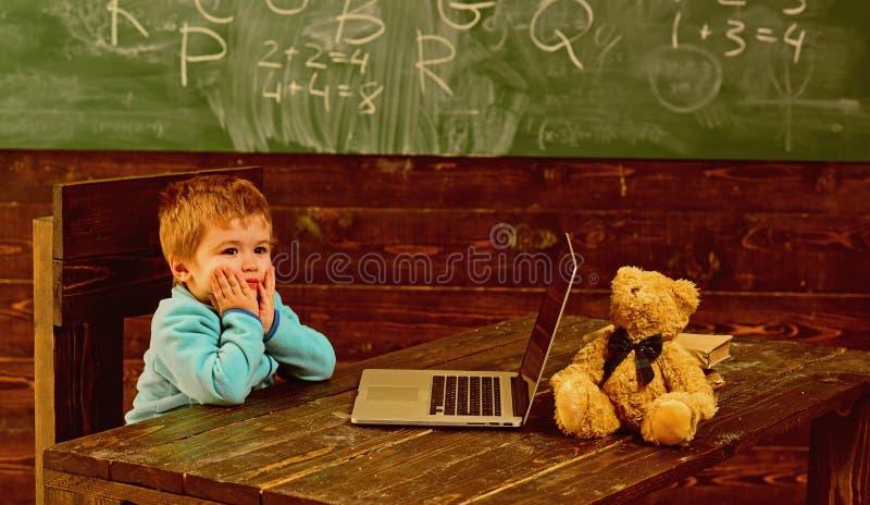 Terug naar School Weinig jongen is terug naar school Terug naar school met nieuwe technologie Terug naar school en het kijken koe stock fotografie