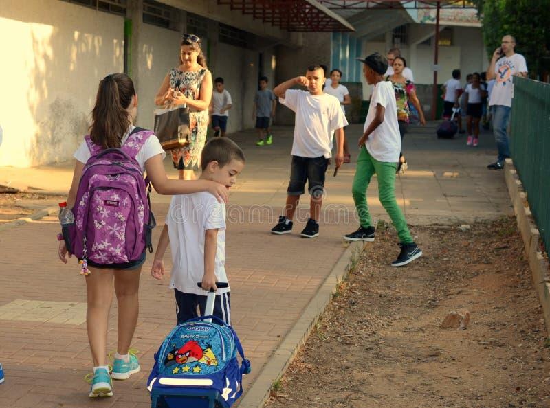 Terug naar school: zuster en broer op hun eerste dag stock afbeelding