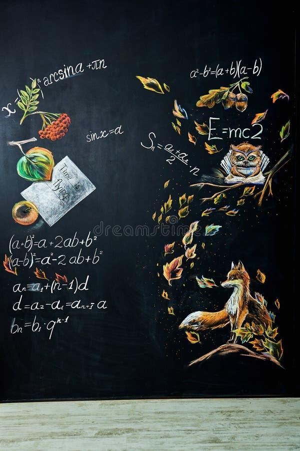 Terug naar schoolachtergrond met schoolbord stock fotografie