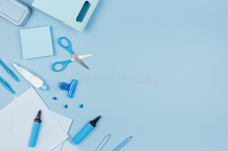Terug naar schoolachtergrond - roze jongens` s verschillende die kantoorbehoeften op zachte blauwe document achtergrond, hoogste  stock afbeeldingen