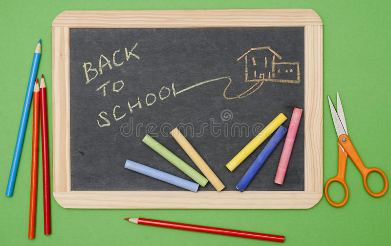 Terug naar schoolbericht op bord met levering royalty-vrije stock afbeelding