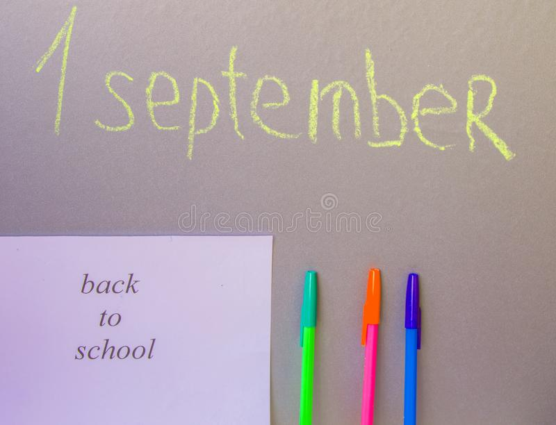 Terug naar schoolconcept, een pen, die op Raad 1 September schrijven royalty-vrije stock foto