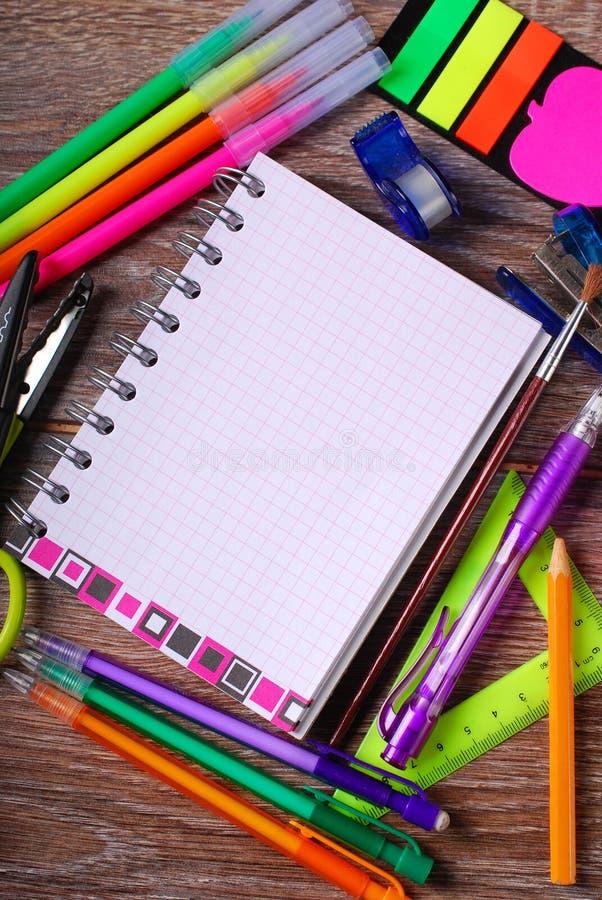 Terug naar schoolconcept met notitieboekje en kleurrijke hulpmiddelen royalty-vrije stock fotografie