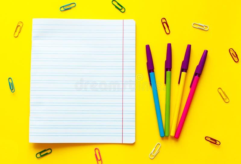 Terug naar schoolconcept met ruimte voor tekst Hoogste mening De ruimte van het exemplaar De levering van het schoolbureau Creati stock fotografie