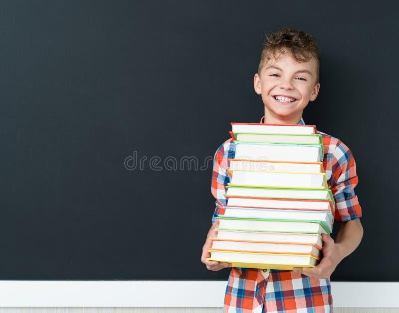 Terug naar schoolconcept - schooljongen met boeken royalty-vrije stock foto's