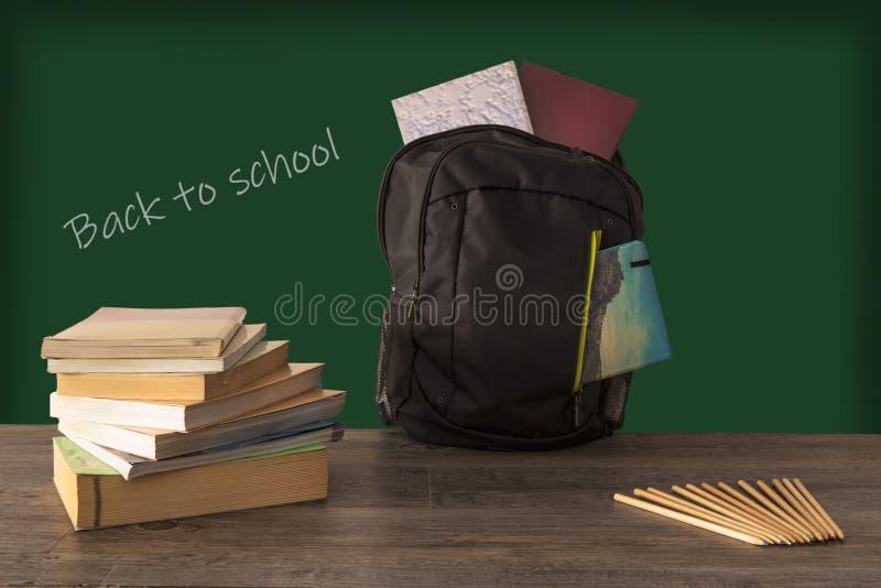 Terug naar schooluitdrukking op het bord wordt geschreven dat royalty-vrije stock foto