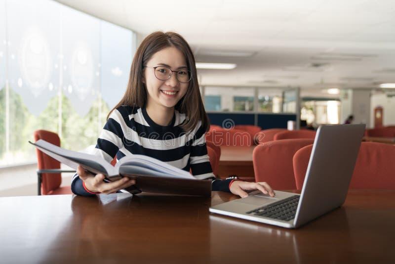 Terug naar van de de kennisuniversiteit van het schoolonderwijs het universitaire concept, Jonge vrouwen en gehanteerde computer, stock foto
