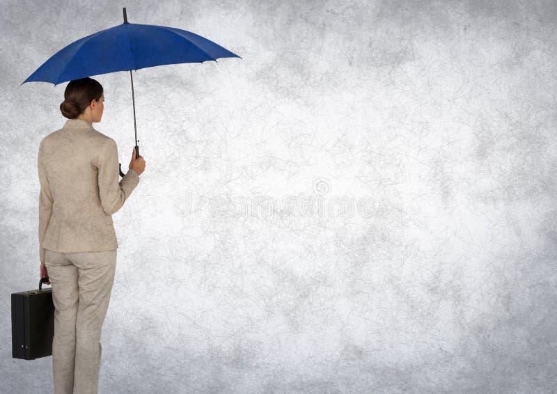 Terug van bedrijfsvrouw met paraplu en aktentas tegen witte achtergrond en grunge bekleding stock fotografie