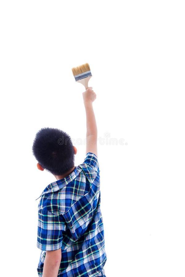 Terug van de borstel van de jongensholding in zijn hand op wit royalty-vrije stock afbeelding