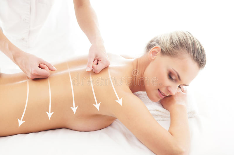 Terug van een aantrekkelijke vrouw die massagebehandeling krijgen royalty-vrije stock foto's