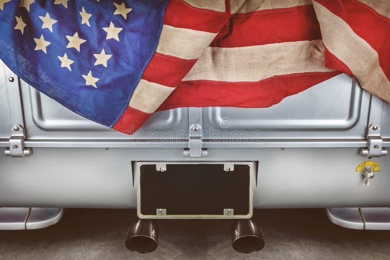 Terug van een herstelde oude pick-up met een Amerikaanse vlag stock afbeelding