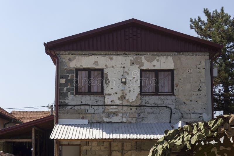 Terug van het beroemde geruïneerde huis dat het Tunel-Museum in Sarajevo ontvangt stock afbeelding