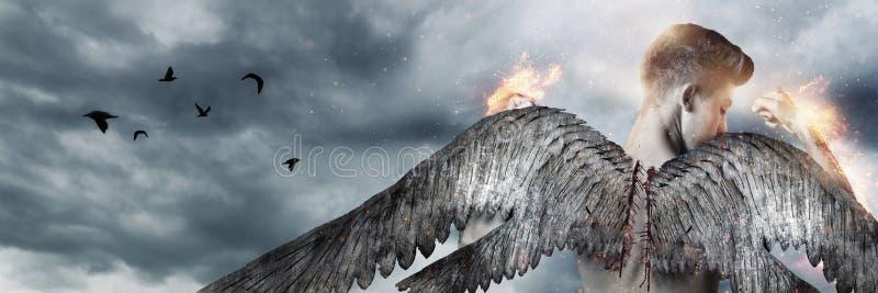 Terug van sterke engel met vleugels in brand voor grijze wolken royalty-vrije stock foto's