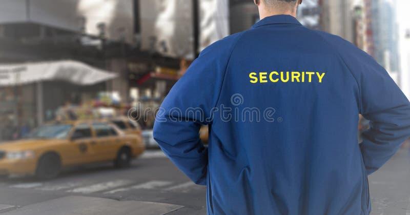Terug van veiligheidsagent tegen onscherpe straat royalty-vrije stock afbeeldingen