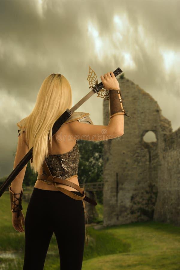 Terug van vrouwenstrijder die haar zwaard trekken royalty-vrije stock afbeelding