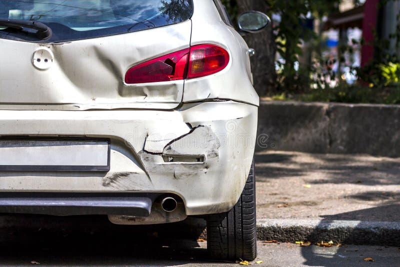 Terug van witte die auto per toeval op de weg wordt beschadigd stock afbeeldingen